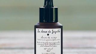 Dans cette capsule, on découvre les 3 étapes pour bien nettoyer et hydrater naturellement son visage avec l'huile nettoyante, l'eau de rose et le sérum de ...