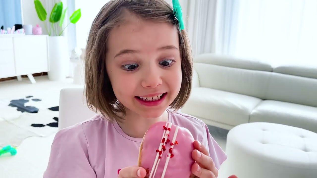 Катя учит Макса мыть руки от микробов