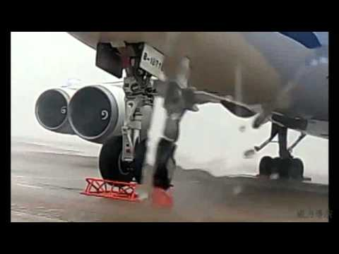 Amazing video of 747 lifting in extreme wind conditions
