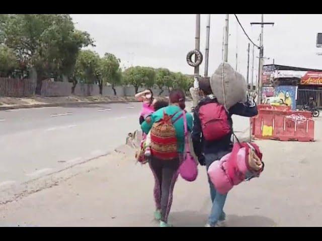 Los venezolanos caminan otra vez hacia su país tras perder el empleo en Colombia.