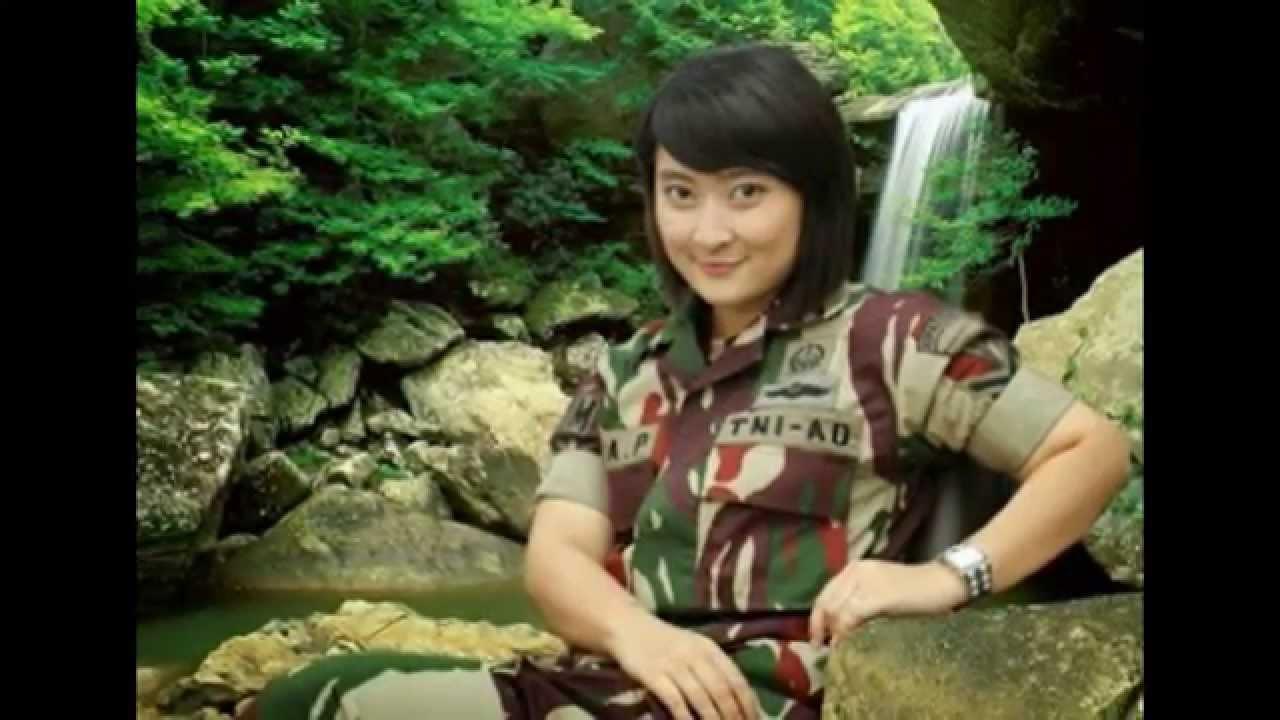 tentara abri wanita yang cantik dan mempesona di