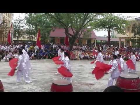 Biểu diễn múa quạt của đội dưỡng sinh Văn Hiến