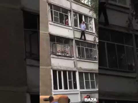 Полицейский чудом спас ребёнка, которого пытались выбросить из окна