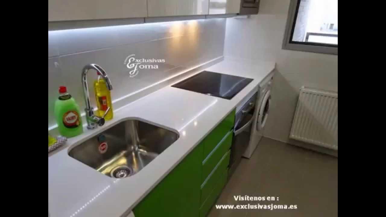 Muebles de cocina en verde y blanco alto brillo tirador uñero