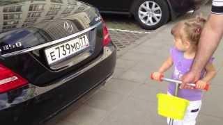 Девочка Эля знает все марки машин  Ей 2 года