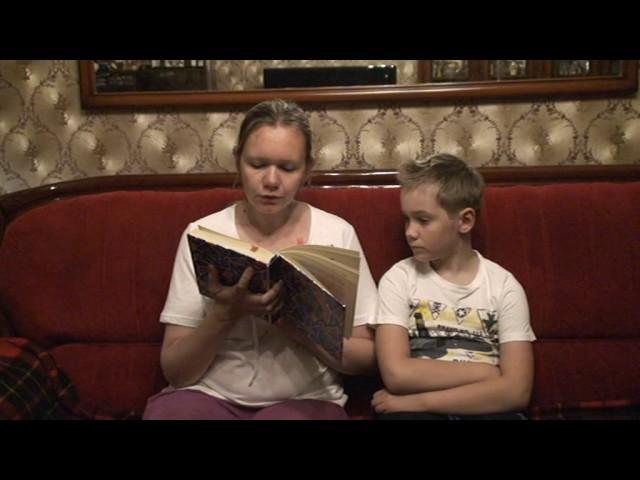 Изображение предпросмотра прочтения – ЕкатеринаСмирнова читает произведение «Горячий камень» АркадияПетровичаГайдара