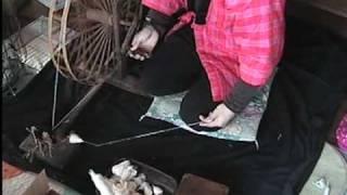 久しぶりに糸車で糸紡ぎしました。なので、上手ではありません。古い糸...