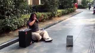 (飄洋過海來看你)果然是高手在民間,在街頭遇見超強的演技派歌手。 thumbnail