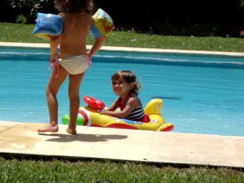 Olivia alice e sisil na piscina youtube for Caillou na piscina