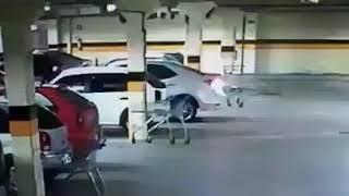 Telecamera nel garage del centro commerciale riprende l