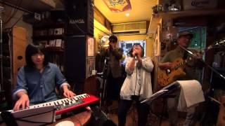 この日はブルースハープとビアノの凄腕ミュージシャンが加わって常連客...