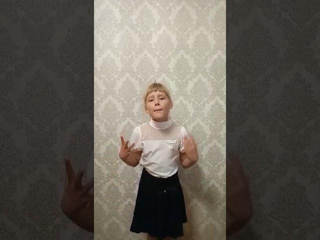 Изображение предпросмотра прочтения – ЭлинаМазитова читает произведение «Русская девочка» (Карим Мустай)