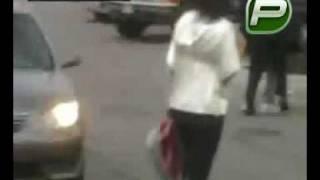 anciana es golpeada por policia y cae por agresion