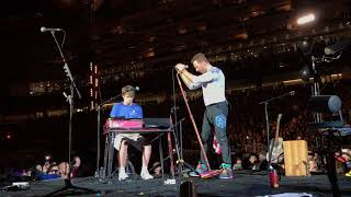 Скачать Coldplay Inviting A Fan To Play O Fly On On Stage
