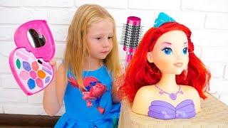 Stacy finge jugar con los juguetes de maquillaje y vestirse.