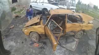 Заброшенные автомобили на территории заброшенного завода.