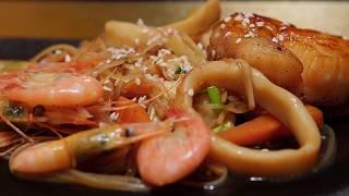 Кальмары, креветки и гребешки с рисовой лапшой