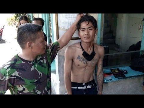 Download KENA BATUNYA!! MENANTANG ANGGOTA TNI, PULUHAN PREMAN TERMINAL MERAK DIHAJAR SAMPAI BABAK BELUR.