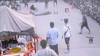 นาทีระทึก วงจรปิดจับภาพชายถือมีดเดินเตร่ในตลาดย่านดอนเมือง ก่อนไล่แทง จนท.เจ็บสาหัส