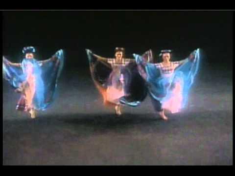 ''SONES ANTIGUOS DE MICHOACAN''Ballet Folklorico De Amalia Hdz.wmv