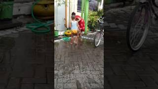 Video heboh tante vs ponakan mandi sore