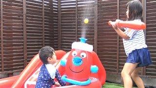 ウォータースライダー バッティングゲーム 消火器の水てっぽう で遊んだよ♫ 水遊び おもちゃ  brandweerwa swembad Batting game Toy thumbnail