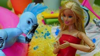 Spielspaß mit Puppen. Ein Tag am See mit Barbie . Video für Kinder