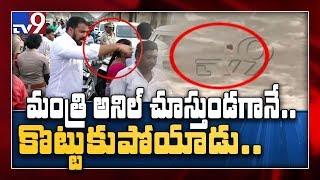 Man drowns in Prakasam Barrage || Vijayawada - TV9