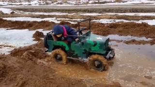 Джип 4Х2 месит грязь.  (The jeep stalled in the mud)
