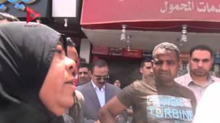 بالفيديو| مشادة كلامية بين بائعة ورجل مسن أثناء جولة القائم بأعمال محافظة القاهرة بالمطرية