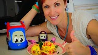 Видео для детей. Готовим вместе. Маша и машинки готовят ОМЛЕТ в микроволновке(Детское шоу ГОТОВИМ ВМЕСТЕ это видео для детей о том, как Маша на кухне готовит омлет в микроволновке. Машин..., 2015-10-17T06:06:46.000Z)