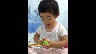 木製のおもちゃで遊ぶ子ども.