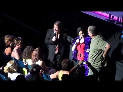 Tonya le canta a Roque José