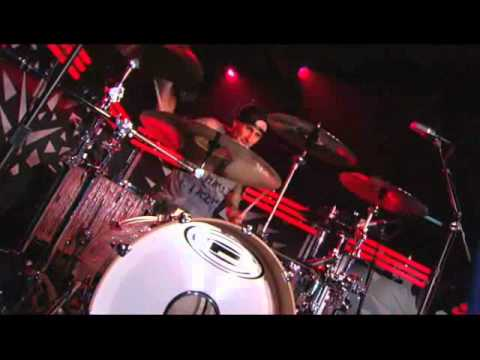 TRAVIS BARKER VS ANIMAL FROM THE MUPPETS DRUM BATTLE!