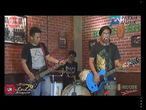 The Tiren Chicken - Medley 3 Song (Live Parkir Musik @Beer House)