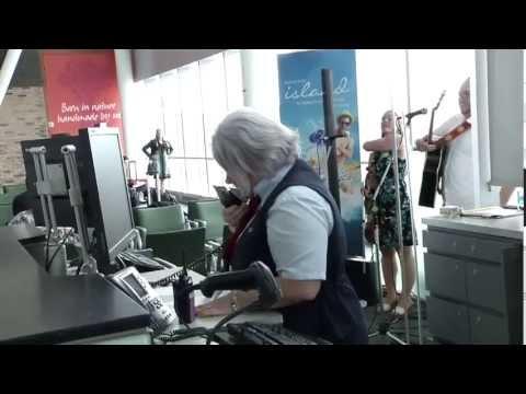 Tourism PEI surprises Air Canada passengers | Tourisme Î.-P.-É. surprend des passagers d'Air Canada