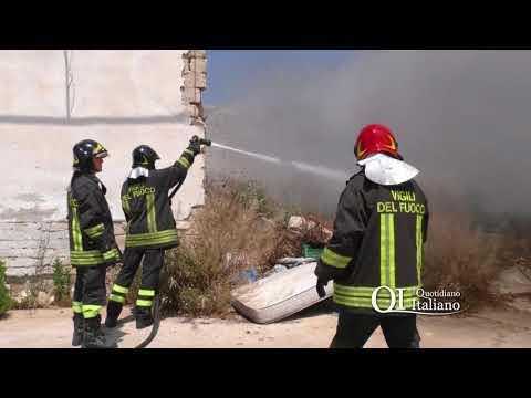 Adelfia, brucia deposito trasformato in discarica: l'intervento dei vigili del fuoco