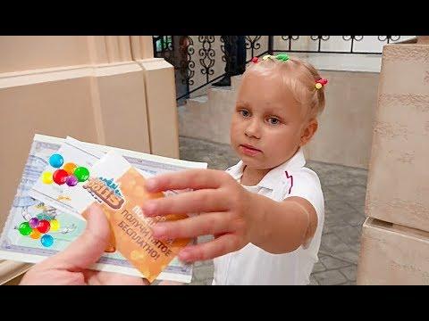 Алиса играет в развлекательном центре для детей!