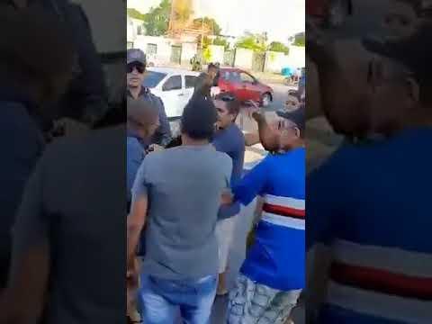 Policial mete a mão dentro de saia de mulher durante abordagem