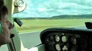 Starten und landen mit einer Cessna - kurzer Flug über die Felder