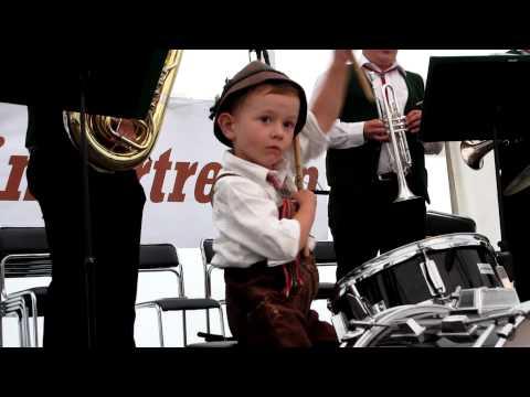 Kleiner Trommler spielt Egerländer Musikantenmarsch mit den