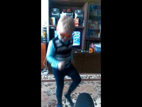 Оторва))) Мальчик танцует под клубняк))