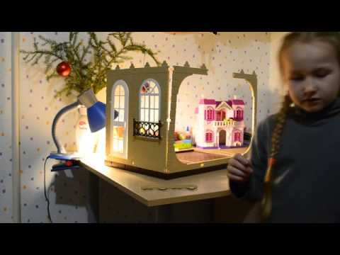 Двухэтажный кукольный домик от московского завода огонек «коттедж — конфетти» представляет собой сборную конструкцию, рассчитанную на игры девочек старше 3 лет. Набор изготовлен из качественного безопасного для здоровья пластика белого и синего цветов, а также гипоаллергенного.