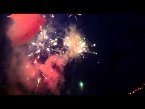 Красочный фейерверк под дождем с надписью Я тебя люблю