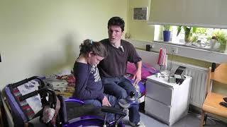 Vom Rollstuhl ins Bett mit Hilfe der Beine des Partners