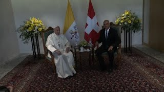 Le pape François est accueilli par le président suisse