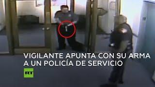 Vigilante apunta con su arma a un policía de servicio por llevar una pistola en EE.UU.