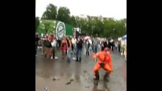 street parade 2009 tizio impazzito salta nel fango!!