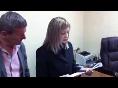 Прокурор Крыма Наталья Поклонская зачитывает предупреждение Рефату Чубарову