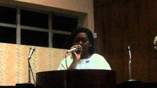 Jovem Mariana cantando o salmo 129 no 5º dia da Novena de Sagrado Coração de Jesus